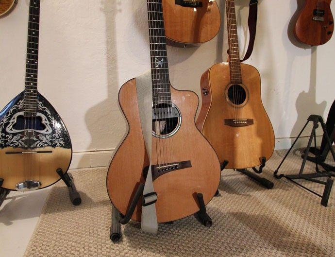 Jimmy spelar på akustiska gitarrer från svenska Sandén Guitars.