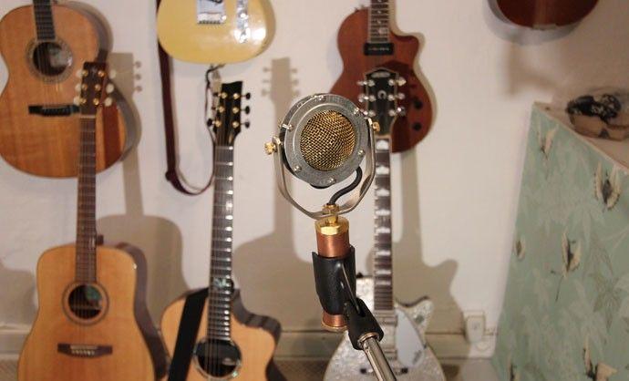 Jimmy spelar ofta in med tre mikrofoner samtidigt. Favoritmicken från Ear Trumpet Labs är ansluten till en Pendulum-preamp.