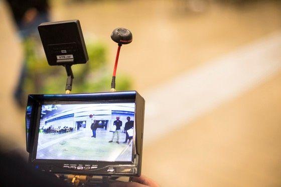 Via en särskild videosändare som skickar bilden från din kamera ner till din monitor kan du se det som drönaren ser.