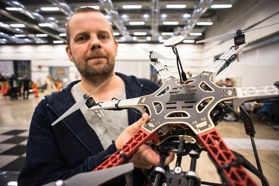 Sammy Alnefalk arbetar på Wentzels Hobby i Stockholm och flyger själv obemannad luftfarkost. Här visar han stolt upp sin DJI F550.