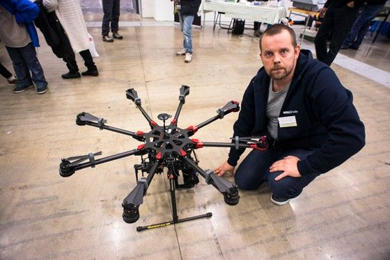 Test: Sammy Alnefalk behärskar även större luftfarkoster och flyger gärna octocopter.