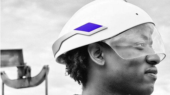 Daqri har kombinerat bygghjälmen med Google Glass och lanserat Smart Helmet.