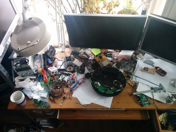 Robotentusiastens skrivbord, fullt med saker och pågående projekt.