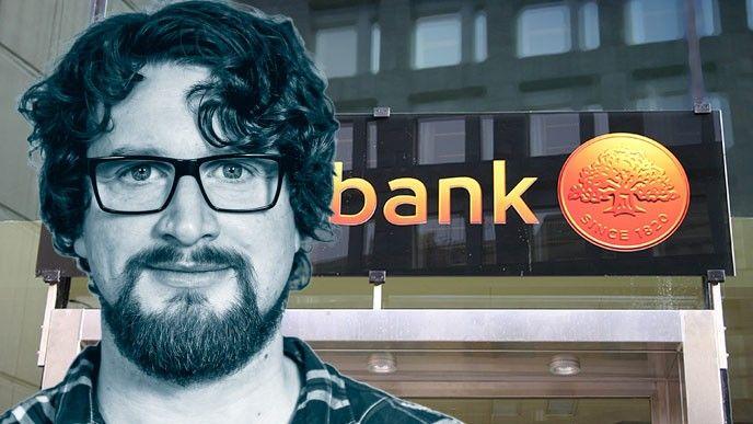 Erik Hofslagare frmför Swedbank-skylt