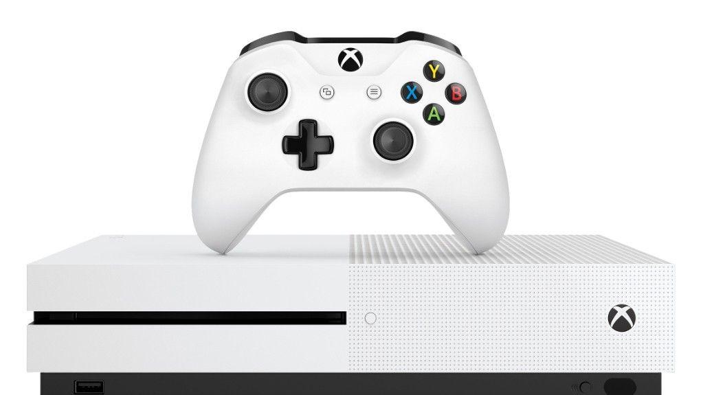 Xbox One kommer med en spelkontroll, ett enkelt headset och med eller utan Kinect. Sony har också en liknande rörelsekontroll, men den får du alltid köpa separat.