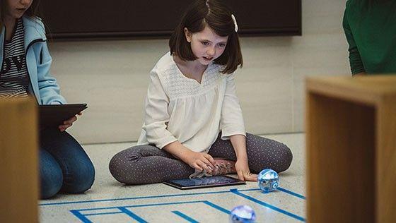 Flicka kodar med robotbollen Sphero