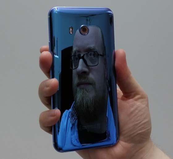 HTC U11 s baksida är lika spegelblank som den i Sony Xperia XZ Premium. Men  här blir det mer skrattspegel. 77b3f0d09dacc