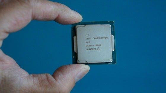 Intel-processor mellan tumme och pekfinger