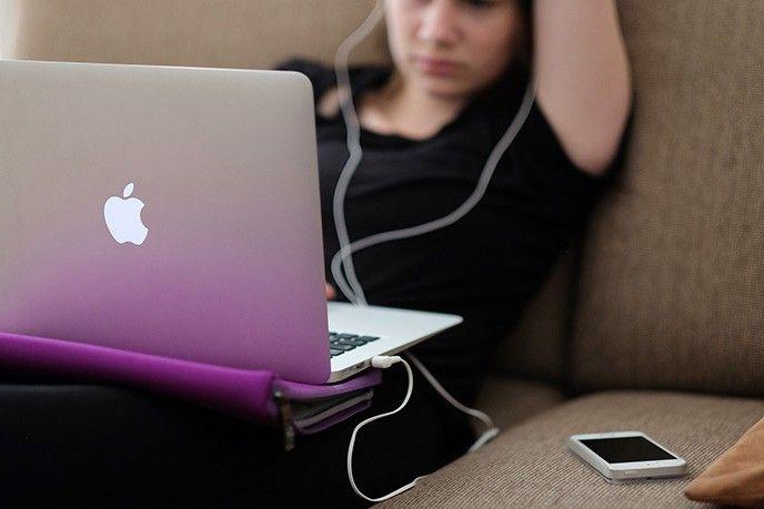 Kvinna med Macbook