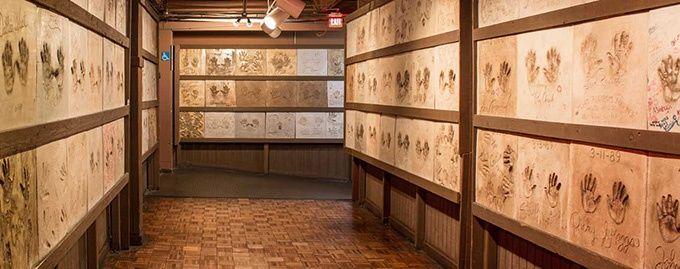 Countrylegenders handavtryck på väggarna