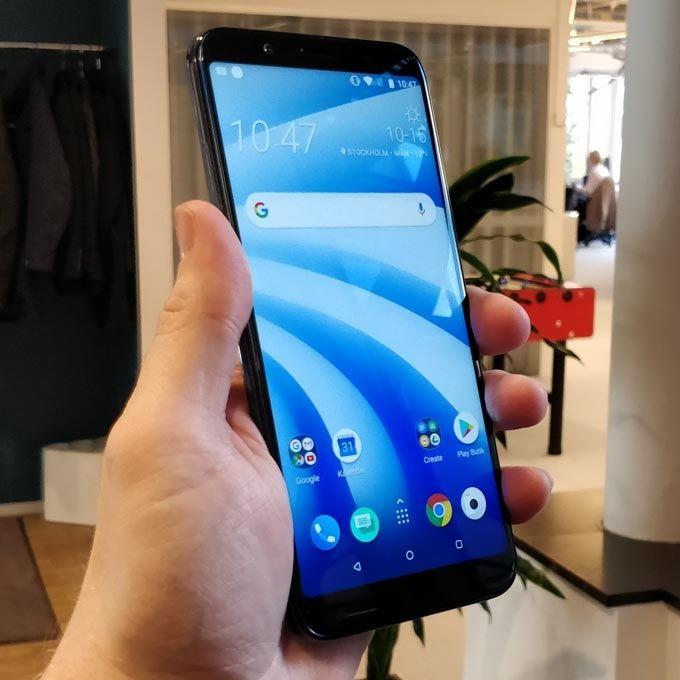 HTC U12 Life är trots sextumsskärm och stort batteri varken tung eller  otymplig att greppa. e8dab1be067f5