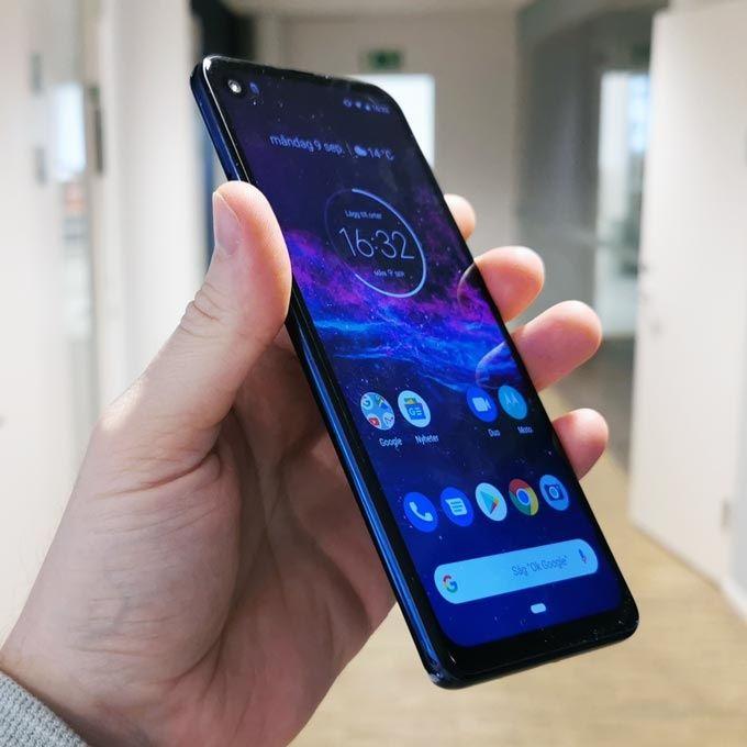 Motorola One Action i handen
