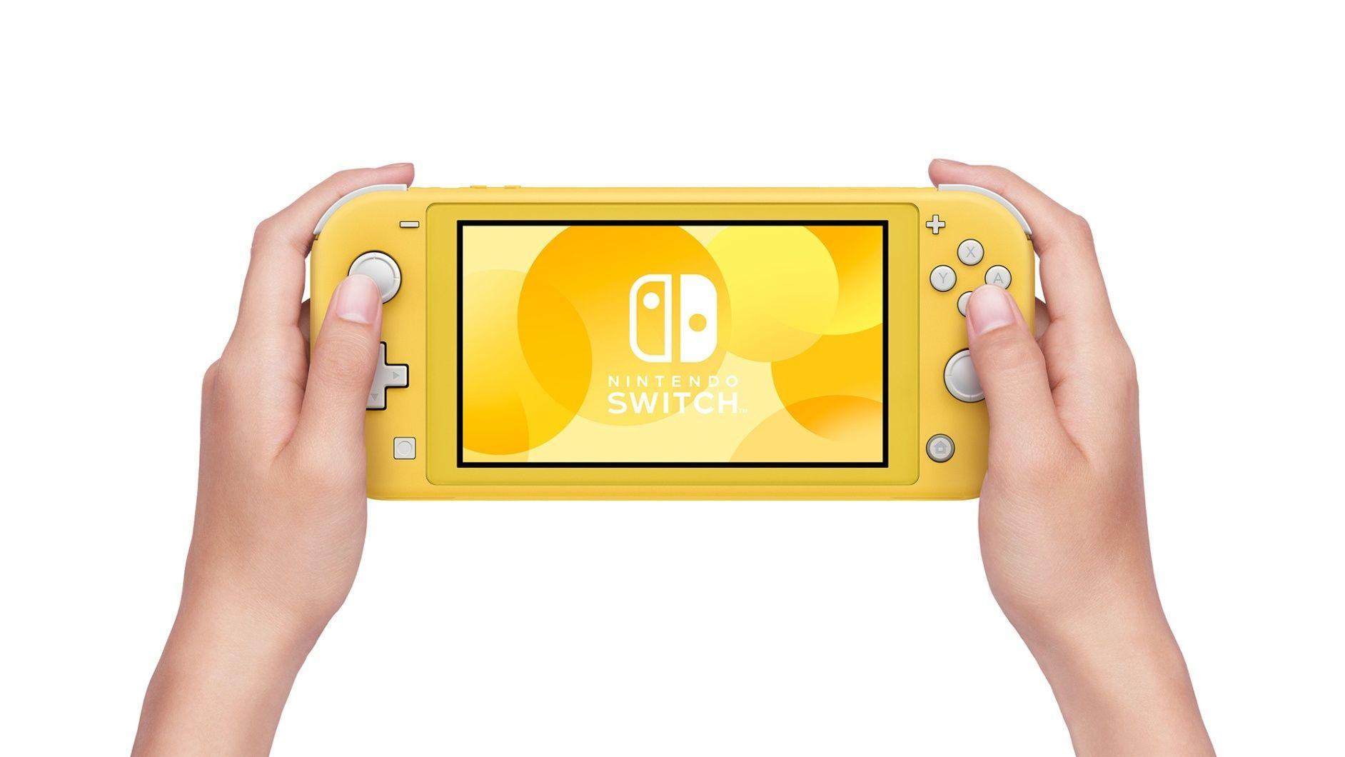 Händer som håller i en gul Switch Lite