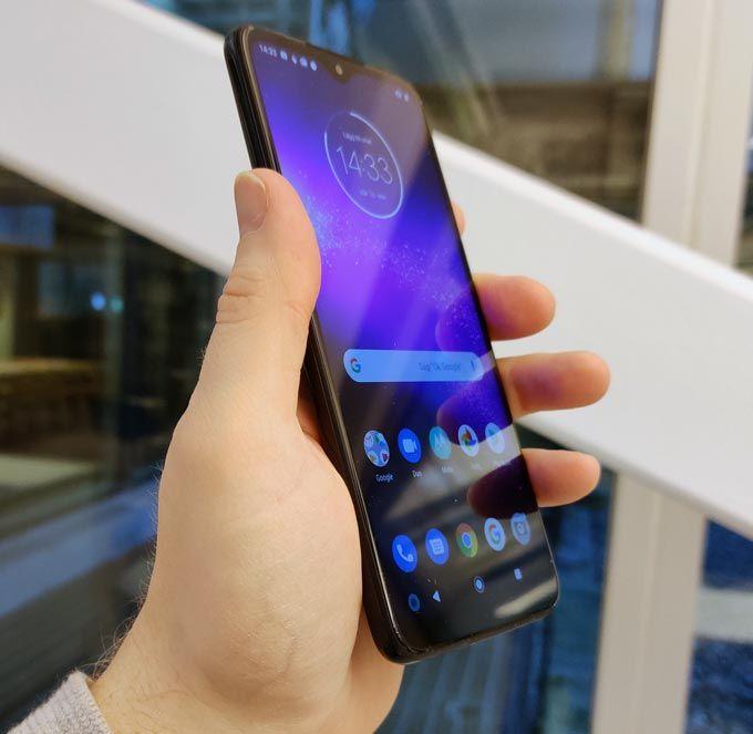 Motorola One Macro i handen