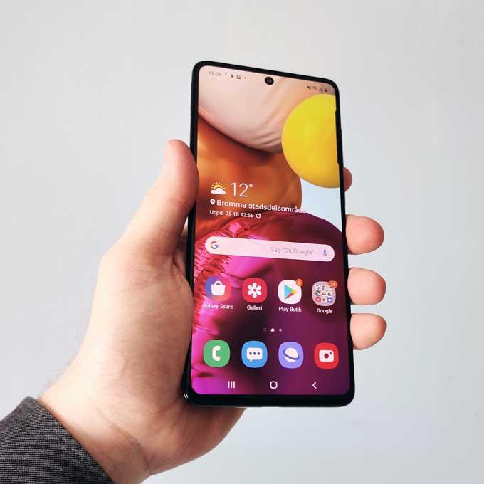 Galaxy A71 i handen