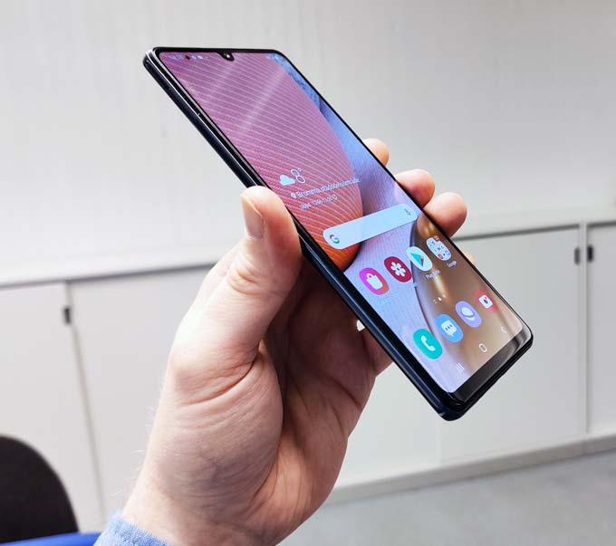 Galaxy A42 5G i handen