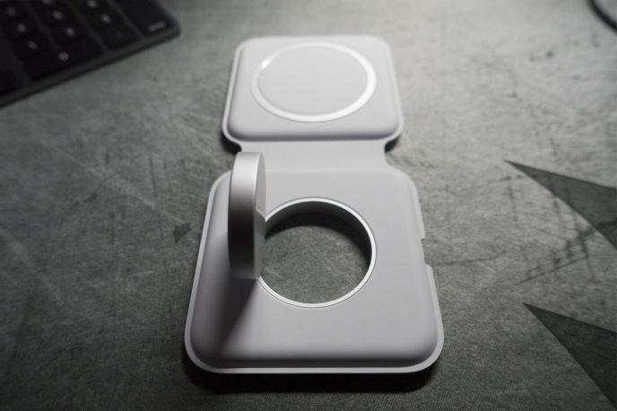 Magsafe Duo kan användas som ett ställ för Apple Watch men inte Iphone.