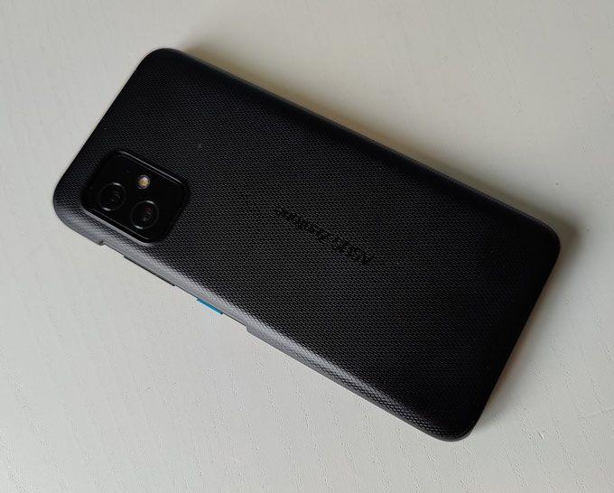 Zenfone 8 med skal