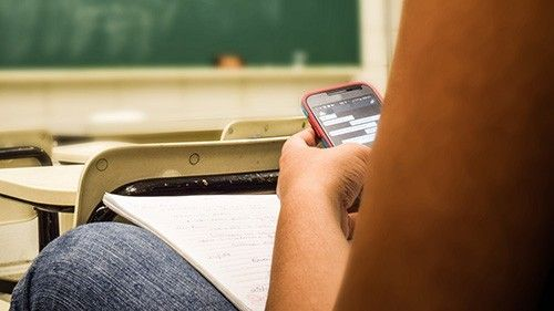 Frankrike förbjuder mobiler för barn i grundskolan