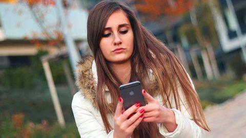 Kvinna med smartphone