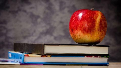 Skola, äpple på böcker