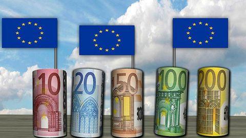 Eurosedlar med EU-flaggor instuckna