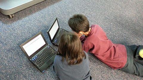 barn med bärbara datorer