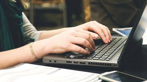 kvinna dator
