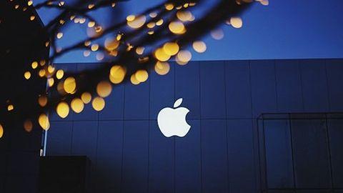 Apple-logga på fasad i skymning