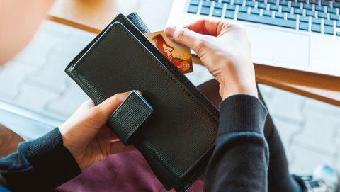 Kreditkort och laptop