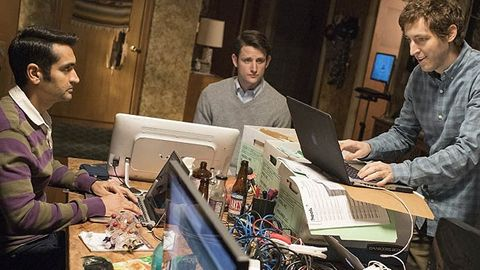 "Kumail Nanjiani, Zach Woods och Thomas Middleditch som Dinesh, Jared och Richard Hendricks i HBO-serien ""Silicon Valley""."
