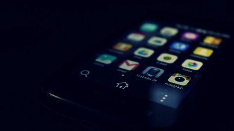 Android-telefon i mörker