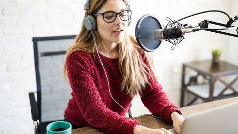 Kvinna i röd tröja podcastar