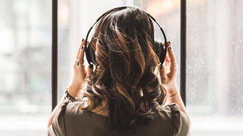 Lyssnar i hörlurar