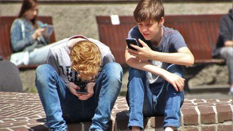 Barn med mobiler