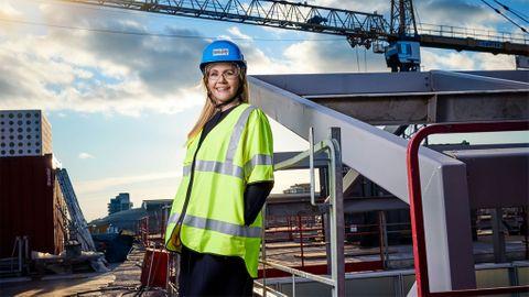 Bygger framtida bo. Tietoevrys Sverige-vd Karin Schreil på plats vid bygget av bolagets nya lokaler i Solna. Planen är att flytta in under våren 2022.