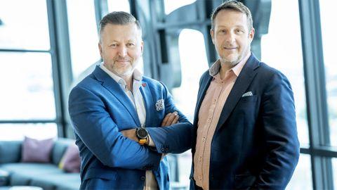 HiQ:s vd Sven Ivar Mørch välkomnar Per-Olov Humla som ska leda konsultbolagets nya cybersäkerhetsavdelning.