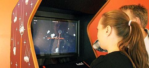 Amerikanska tonåringar prövar Tobiis spaklösa arkadspel. Foto: Tobii.