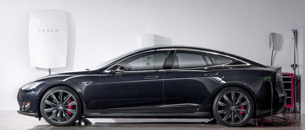 Tesla Power wall med Tesla-bil