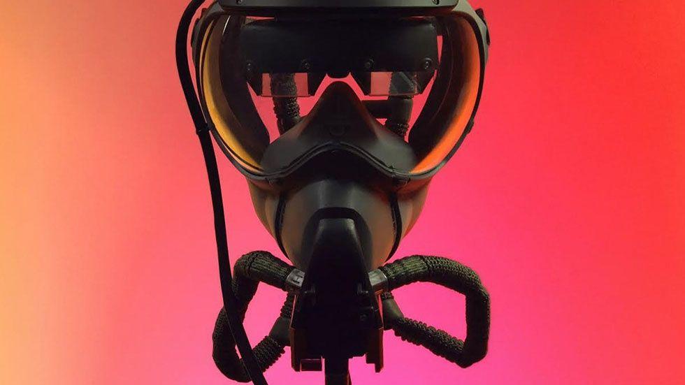 Syrgasmask med AR-glasögon för piloter.