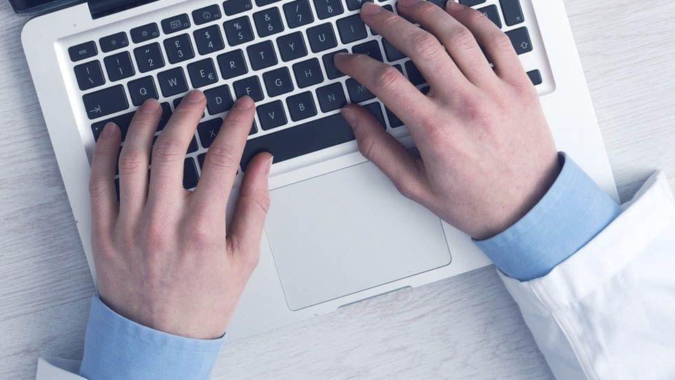 Foto: läkare och dator