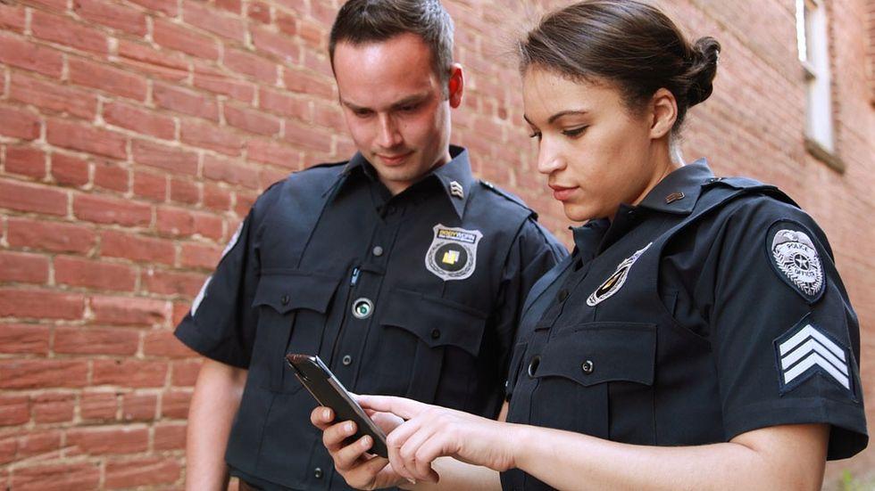 Poliser med en mobil