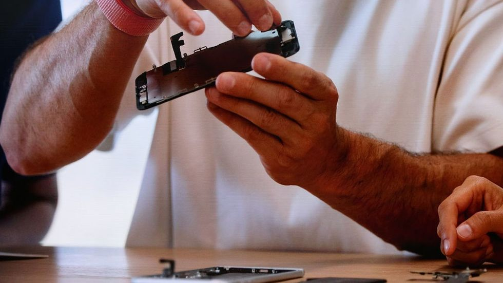 Plocka isär Iphone för återvinning