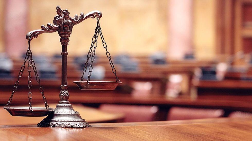 Vågskålar i rättssal