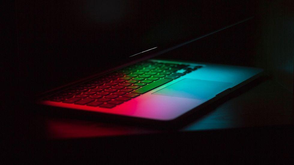Laptop i mörker