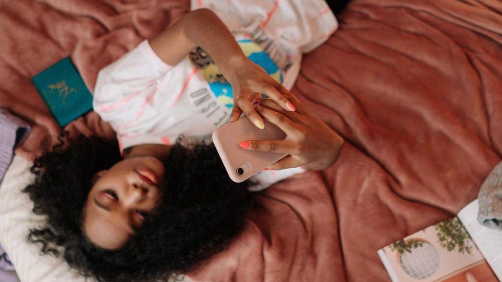 Tonårsflicka med mobil