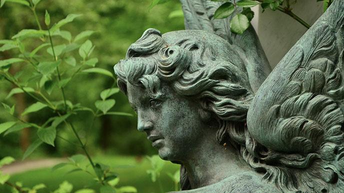 Ängla-staty på kyrkogård